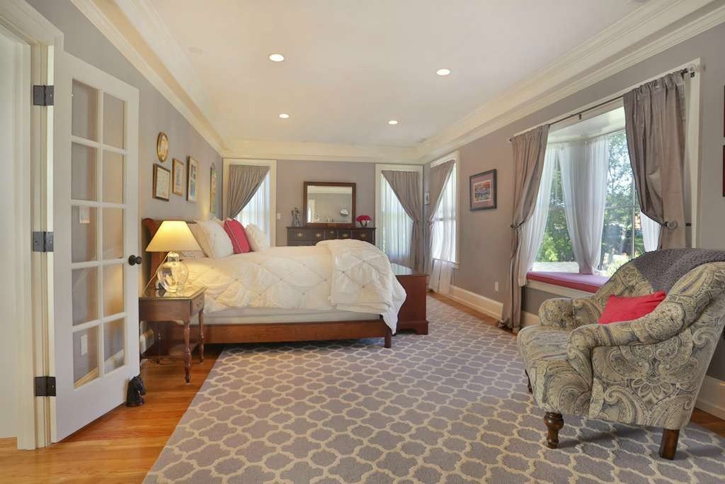 window seat in bedroom